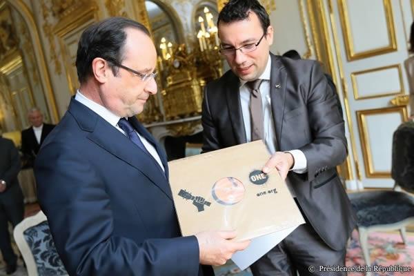 Remise de pétition G8 au Président Hollande sous forme de vinyle